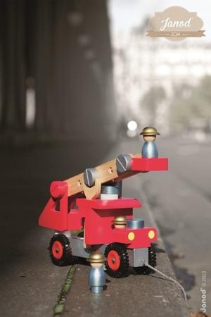 Wóz strażacki do składania drewniany duży + trzech strażaków, Janod